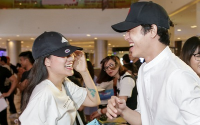 Mặc trời mưa, Hiền Sến và Lý Phương Châu vẫn vui vẻ dắt nhau đi xem phim của Ngô Kiến Huy