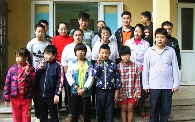 Bà giáo già 74 tuổi mở lớp học cho những đứa trẻ đặc biệt được bầu bạn với nhau