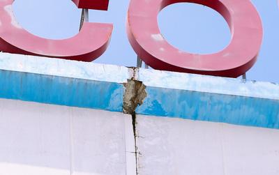 Xuất hiện vết nứt tại vị trí mảng bê tông rơi trúng đầu nam SV HUTECH, lưới B40 được chắn bên dưới để đảm bảo an toàn