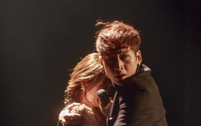 """""""Thiên Ý"""" tập 4: Hari Won vừa mất fan, vừa hứng chai ngay trên sân khấu"""