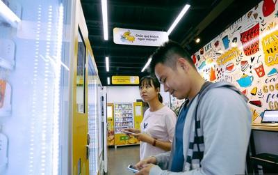 Người dân thích thú ghé thăm cửa hàng tiện lợi không có nhân viên thu tiền đầu tiên tại Sài Gòn