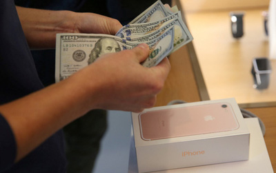 """Mức giá """"trên trời"""" của iPhone X khiến fan Apple cũng phải e ngại, Samsung hưởng lợi"""