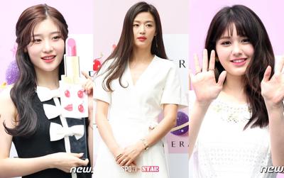"""Khi """"mợ chảnh"""" Jeon Ji Hyun đọ sắc 2 nữ thần thế hệ mới: Lộ ngực lép kẹp vẫn thắng về thần thái"""