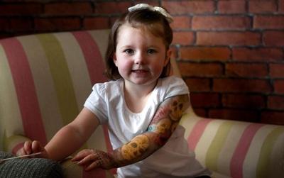 Muốn ngầu như bố mẹ, bé gái 3 tuổi tậu hình xăm kín tay thật oách