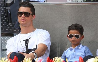 Con trai Ronaldo lại sút phạt ghi bàn giống bố: Dấu hiệu của siêu sao tương lai