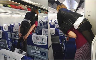 Nữ tiếp viên hàng không gây xúc động mạnh khi tận tụy cõng hành khách khuyết tật xuống máy bay
