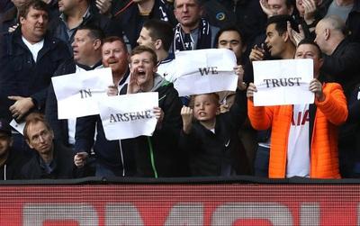 Hài hước cảnh CĐV Tottenham giơ biểu ngữ ủng hộ Wenger