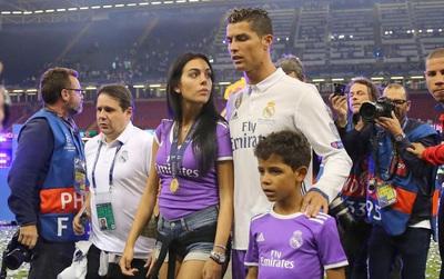 """""""Bạn gái Ronaldo mang bầu bé gái được 5 tháng"""""""