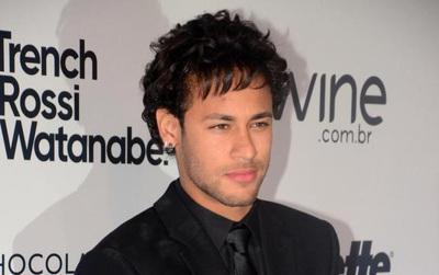 Neymar khoe mái tóc mới bồng bềnh lãng tử