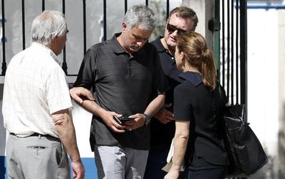 HLV Mourinho buồn rười rượi về quê chịu tang cha
