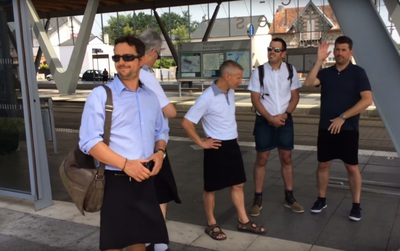 Bị cấm mặc quần lửng, những người đàn ông này đã quyết định chọn mặc váy để đi làm