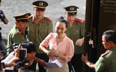 Tiếp tục phiên tòa xét xử lần 2 vụ án hoa hậu Phương Nga bị cáo buộc lừa đảo chiếm đoạt tài sản