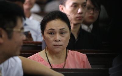 Mẹ Hoa hậu Phương Nga lo lắng trong phiên tòa xét xử con gái