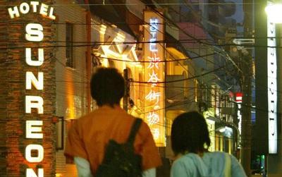 Nhu cầu yêu đương ngày càng ít, những khách sạn tình yêu ở Nhật Bản phải tìm kiếm những đối tượng khách mới