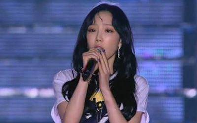 Taeyeon biểu diễn với cánh tay bầm tím sau sự cố bị sàm sỡ ở sân bay