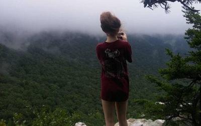 Bức hình ám ảnh của cô gái được chụp ngay trước khi bị bạn trai đẩy xuống khỏi vách đá và chết thương tâm