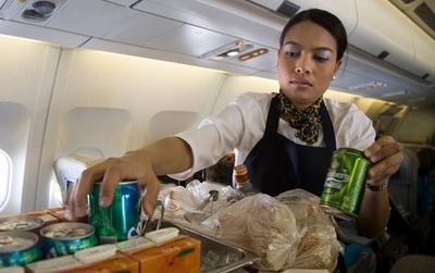 Những sự thật xấu xí phía sau vẻ sang chảnh của nghề tiếp viên hàng không