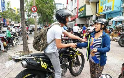"""""""Soái ca"""" chạy môtô tung cú đạp, tóm gọn tên cướp giật dây chuyền vàng của người đi đường"""