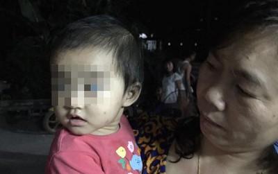 Thương xót bé gái 10 tháng tuổi bị bỏ rơi trước cửa nhà người dân với ít quần áo, sữa