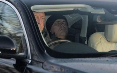 Mourinho ngủ gật trên đường đến sân tập