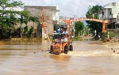 Đường phố Bình Định chìm trong biển nước, người dân dùng máy cày vượt lũ