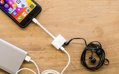 Vì sao nhiều hãng điện thoại bỏ hẳn cổng kết nối tưởng như không thể thiếu trên smartphone