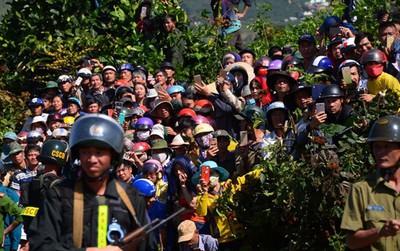 Hàng nghìn người bỏ hái cà phê đi xem dựng lại hiện trường vụ giết người