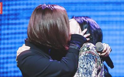 Bức ảnh 2 thành viên MAMAMOO khóa môi cuối màn biểu diễn khiến dân mạng dậy sóng