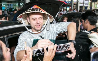 """Armin van Buuren - """"Huyền thoại DJ số một thế giới"""" thích thú đội nón lá, được fan vây kín tại sân bay Tân Sơn Nhất"""