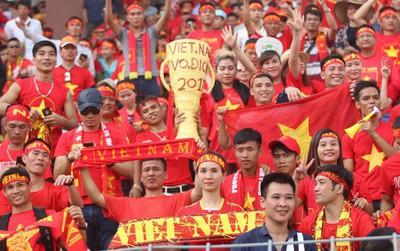 """Người hâm mộ """"lên mây"""" khi cuối cùng Việt Nam cũng thắng Thái Lan"""