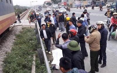 Đi qua đường sắt không quan sát, 2 người đàn ông bị tàu tông tử vong