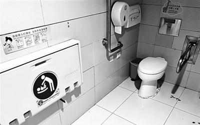 """Trung Quốc: Đặt phòng """"Mẹ và bé"""" trong nhà vệ sinh nam, sân bay quốc tế ở Bắc Kinh nhận """"một rổ gạch đá"""""""