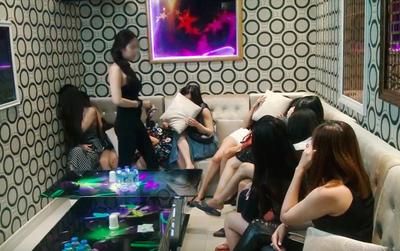 Hàng trăm cô gái tìm cách bỏ chạy khi Công an ập vào kiểm tra bất ngờ nhiều nhà hàng - karaoke ở Sài Gòn