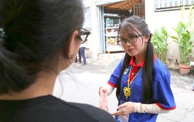 Hình ảnh đẹp của mùa thi 2017: Nữ sinh Sư phạm động viên 2 sĩ tử khiếm thính bằng ngôn ngữ ký hiệu