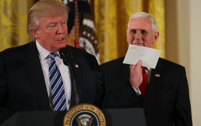 Tổng thống Donald Trump tiết lộ về bức thư bí mật mà ông Obama để lại cho mình tại Nhà Trắng