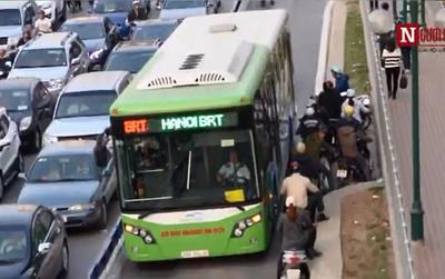 """Clip: Người dân vô tư phi xe vào """"chặn đầu chặn đuôi"""" bus nhanh BRT"""