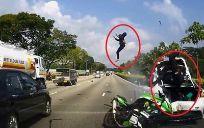 Mô tô phân khối lớn đâm vào đuôi ô tô đang dừng trên cao tốc, 2 người bị hất văng lên cao