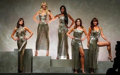 """""""Hội chị em bạn dì"""" siêu mẫu huyền thoại từ thời bố mẹ mình đã quy tụ đầy đủ trên sàn diễn Versace"""