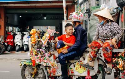 Có một cái Tết rất đẹp trên những chiếc xe mưu sinh của anh nhân viên vệ sinh và anh bán trái cây dạo ở Sài Gòn