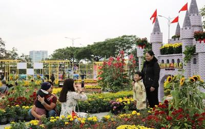 Người Đà Nẵng thích thú với đường hoa xuân tuyệt đẹp