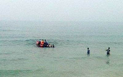 Rủ nhau ra bãi biển tắm, 2 anh em bị đuối nước