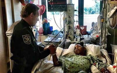 Lấy thân mình che cho 20 người bạn trong vụ xả súng, cậu bé anh hùng bị bắn 5 lần vẫn đang trong cơn nguy kịch