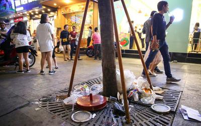 """Rác ngập phố đi bộ Nguyễn Huệ sau Tết và tâm tư của người trẻ: """"Rác ơi, đừng khóc khi không được về nhà"""""""