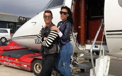 Ronaldo vi vu cùng bạn gái trên máy bay riêng
