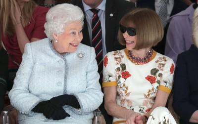 Nữ hoàng Anh trực tiếp ngồi hàng ghế đầu xem show thời trang, bàn tán rôm rả với Tổng biên tập Vogue Anna Wintour