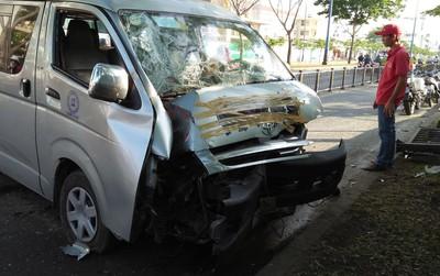 Xe khách nổ lốp trên phố Sài Gòn, nhiều người thoát chết trong gang tấc