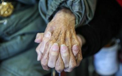 """Cái nắm tay thật chặt của cặp vợ chồng già sống với nhau tới """"bách niên giai lão"""" gây xúc động mạnh"""