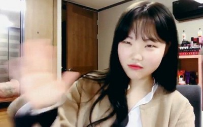 Thành viên AKMU tắt loa khi nghe tới bài hát của iKON