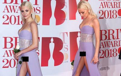 """Nữ ca sĩ Anh """"lộ hàng"""" giữa thảm đỏ BRIT Awards vì diện váy hở hang táo bạo"""