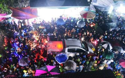 """Đêm mùng 7 Tết, dòng người đội mưa nhích từng bước một vào chợ Viềng """"mua may bán rủi"""""""